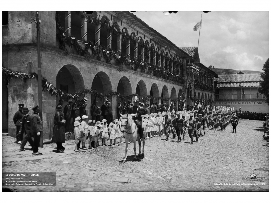Procession in front of the Palacio Municipal. Photo: Martín Chambi, 1932.